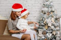 Familia y árbol de navidad felices. Fotos de archivo libres de regalías