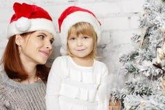 Familia y árbol de navidad felices Imagen de archivo