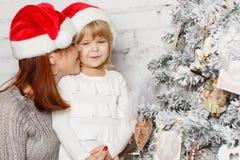 Familia y árbol de navidad felices Fotografía de archivo