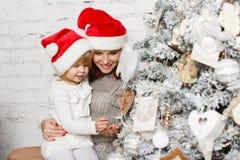 Familia y árbol de navidad felices Imagenes de archivo