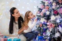 Familia y árbol de navidad felices Foto de archivo