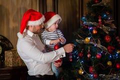 Familia y árbol de navidad felices Fotografía de archivo libre de regalías
