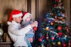 Familia y árbol de navidad felices Imágenes de archivo libres de regalías