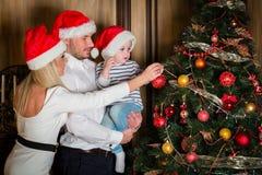 Familia y árbol de navidad felices Foto de archivo libre de regalías