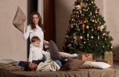 Familia y árbol de navidad felices Fotos de archivo