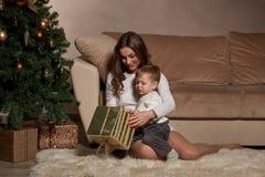 Familia y árbol de navidad felices Fotos de archivo libres de regalías
