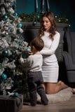 Familia y árbol de navidad felices Imagen de archivo libre de regalías