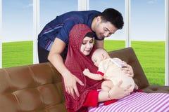 Familia y bebé musulmanes felices Fotografía de archivo