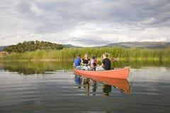 Familia y canoa Fotografía de archivo libre de regalías