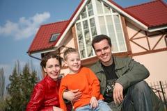 Familia y casa sonrientes foto de archivo libre de regalías