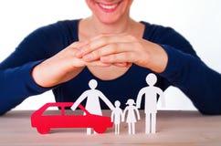 Familia y coche de protección de la mujer Imagen de archivo libre de regalías