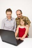 Familia y computadora portátil Imagenes de archivo