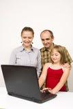 Familia y computadora portátil Fotografía de archivo libre de regalías