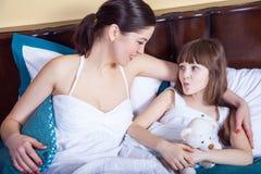 Familia y concepto de la relación Madre que mira el niño y el diente Fotografía de archivo libre de regalías