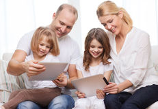 Familia y dos niños con los ordenadores de la PC de la tableta Foto de archivo