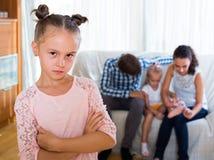 Familia y muchacha celosa que se mantienen aparte foto de archivo libre de regalías