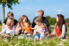 Familia y multigeneración - diversión en prado en suma Fotografía de archivo