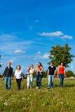 Familia y multigeneración - diversión en prado en verano Imagenes de archivo