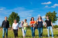 Familia y multigeneración - diversión en prado en verano Imágenes de archivo libres de regalías