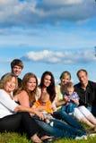 Familia y multigeneración - diversión en prado en verano Foto de archivo libre de regalías