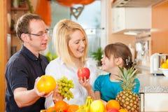 Familia y nutrición sana foto de archivo libre de regalías