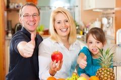 Familia y nutrición sana Fotos de archivo libres de regalías