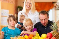 Familia y nutrición sana imagen de archivo libre de regalías