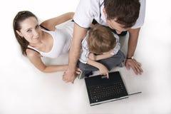 Familia y ordenador Foto de archivo libre de regalías