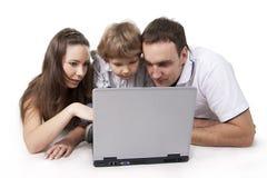 Familia y ordenador Imagen de archivo
