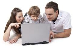 Familia y ordenador Imagenes de archivo