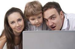 Familia y ordenador Fotografía de archivo libre de regalías