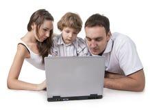 Familia y ordenador Imagen de archivo libre de regalías
