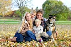 Familia y perro casero felices Autumn Portrait Imagen de archivo