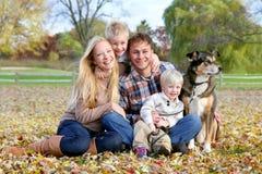 Familia y perro casero felices Autumn Portrait Imagen de archivo libre de regalías