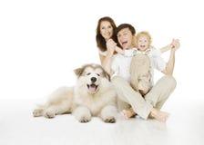 Familia y perro, madre sonriente feliz del padre y niño de risa foto de archivo