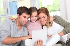 Familia y tecnología casera Fotos de archivo libres de regalías
