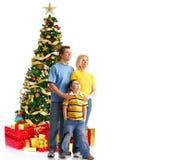 Familia y un árbol de navidad Imágenes de archivo libres de regalías