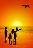 Familia y una cometa Imagen de archivo libre de regalías