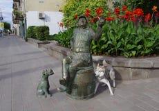 Familiaridade do cão com a escultura Imagens de Stock