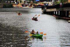 Familias activas kayaking en Charles River, masa de Cambridge, verano, 2013 Imagen de archivo libre de regalías