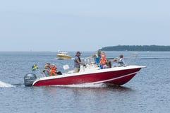 Familias en el leisureboat Oregrund Suecia fotos de archivo