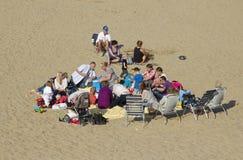 Familias en la playa Fotos de archivo