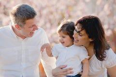 Familias, familia feliz de padres y niño imagen de archivo libre de regalías
