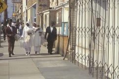 Familias musulmanes que se colocan en la acera, Los Ángeles central del sur, California Foto de archivo
