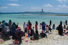 Familias musulmanes que se relajan en la playa tropical en Maldivas imagen de archivo libre de regalías