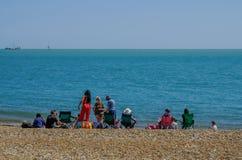 Familias picnicing en la playa en Eastbourne imagen de archivo libre de regalías