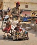 Familias pobres en las calles de Jaipur. Fotografía de archivo