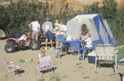 Familias que acampan en el río del CO, foto de archivo