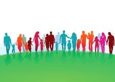 Familias que caminan en un campo verde ilustración del vector