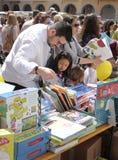 Familias que compran libros durante día de los libros en la vertical de Mallorca imágenes de archivo libres de regalías